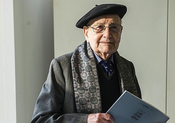 Luis Ortiz Alfao, bere biografia eskuetan hartuta, atzoko aurkezpen ekitaldian. ©MARISOL RAMIREZ / ARGAZKI PRESS