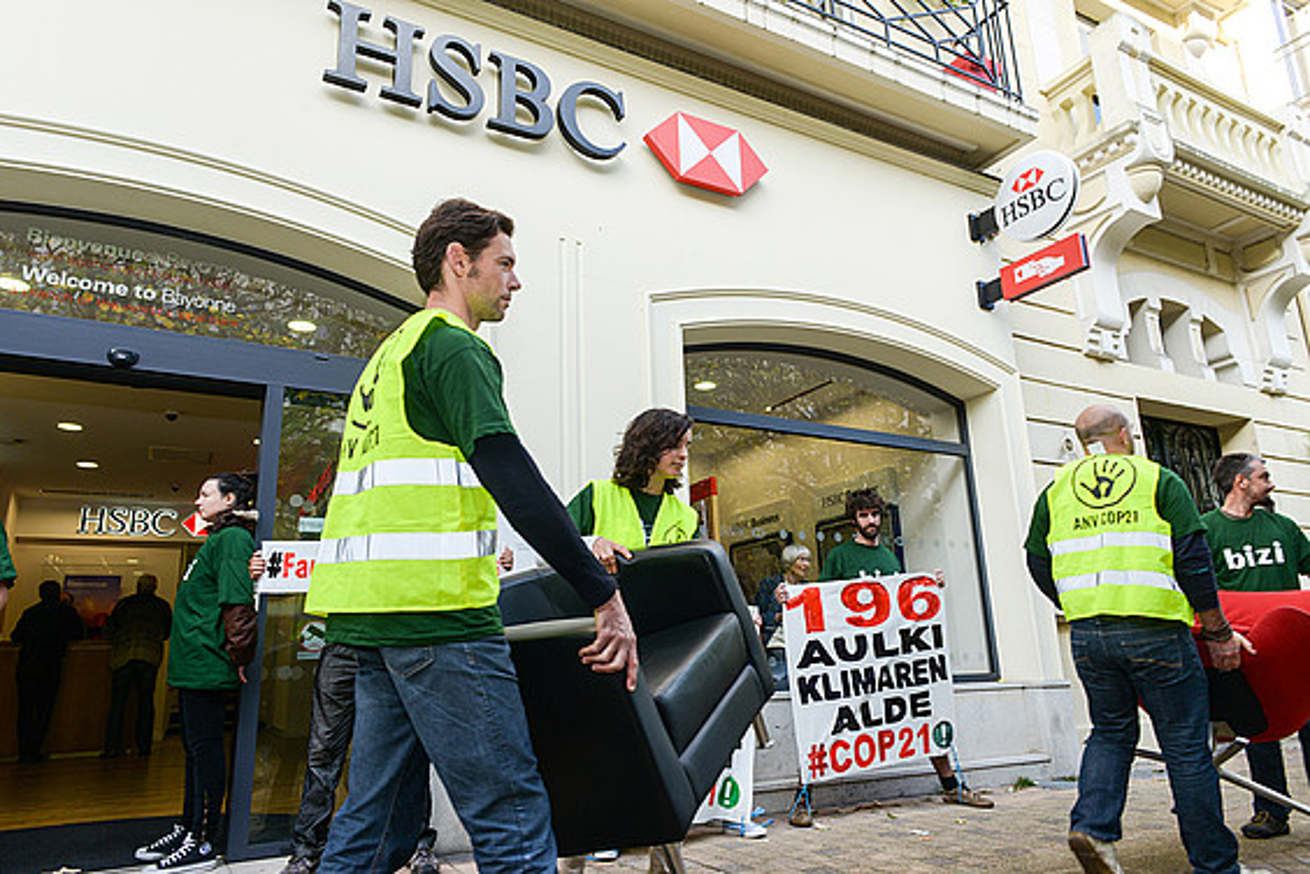 Bizi mugimenduko kideak HSBC bankuko aulkiak eramaten, Baionan, 2015eko otsailean. ©ISABELLE MIQUELESTORENA