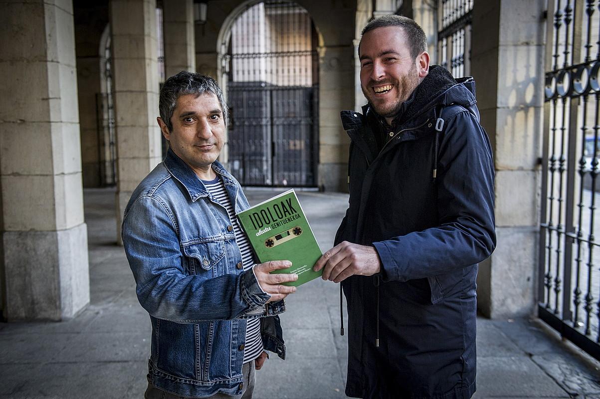 Gotzon Hermosilla eta Igor Mercado idazleak, Iñigo Basaguren-Duarterekin batera idatzi duten liburua eskuetan dutela.