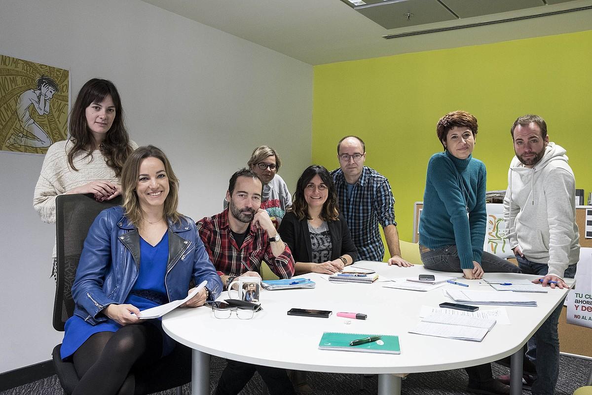 <em>Equipo de redacción</em> saioko kazetariak, Sabin Egilior zuzendariarekin batera.