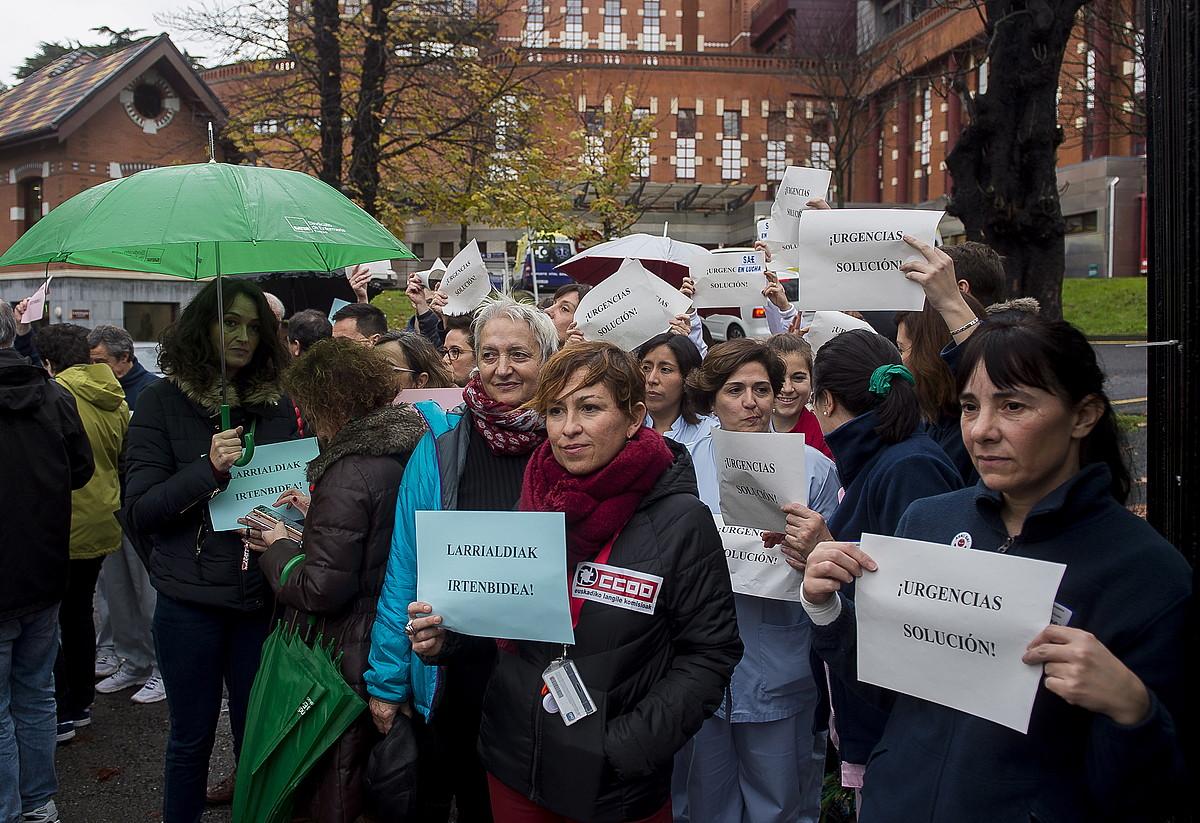 Protesta egin zuten atzo Basurtuko ospitalean, azken egunetako egoera salatzeko. ©LUIS JAUREGIALTZO / ARGAZKI PRESS