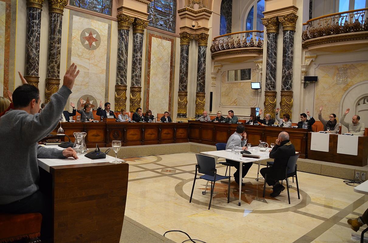 Donostiako Udaleko zinegotziak atzoko udalbatzan, abstentzioa adierazten. PSEk ez zuen parte hartu. ©IRUTXULOKO HITZA