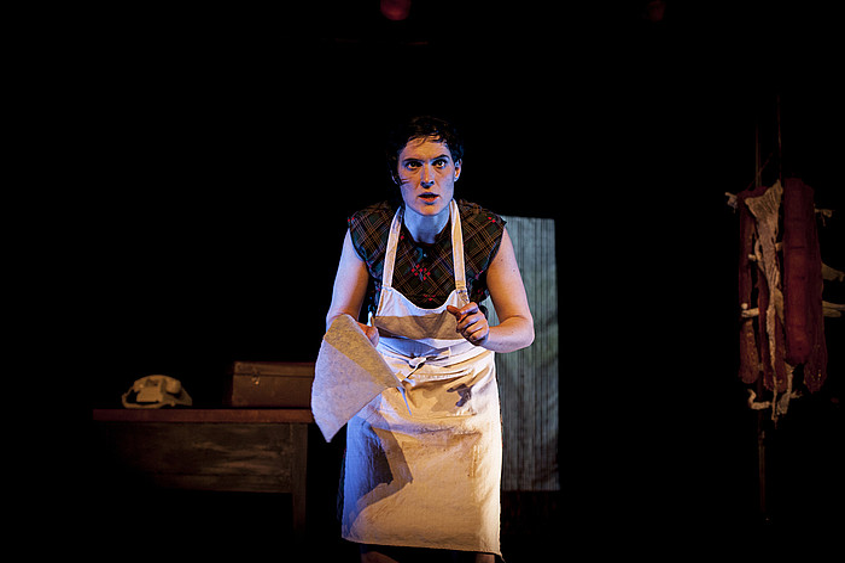 Hiru pertsonaia interpretatuko ditu obra berean Miren Tirapu aktoreak. ©UROLA KOSTAKO HITZA