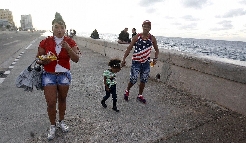 Familia bat, Habanako malekoitik paseatzen, atzo. ©ERNESTO MASTRASCUSA / EFE