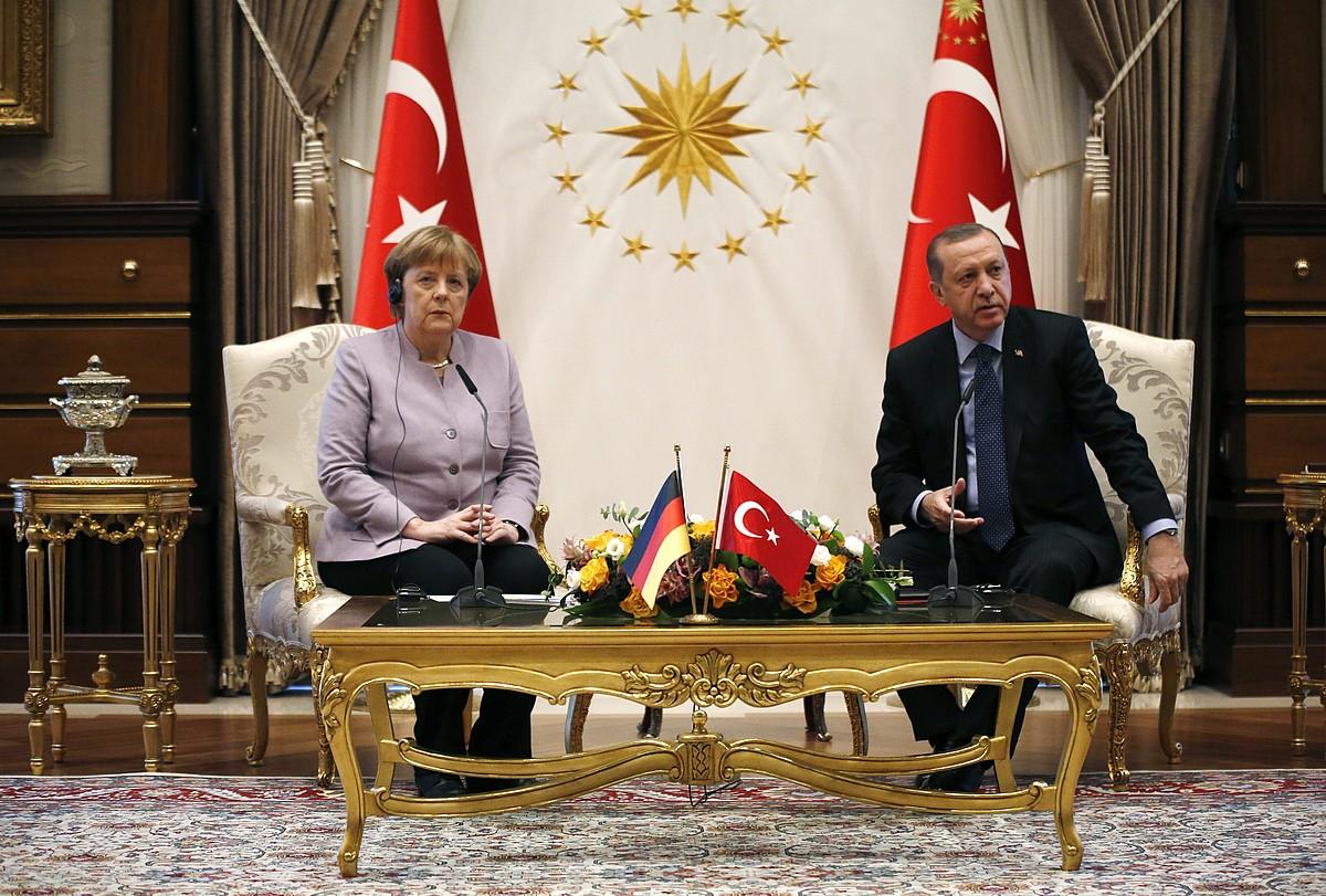 Angela Merkel Alemaniako kantzilerra atzo elkartu zen Recep Tayyip Erdogan Turkiako presidentearekin. ©TUMAY BERKIN / EFE