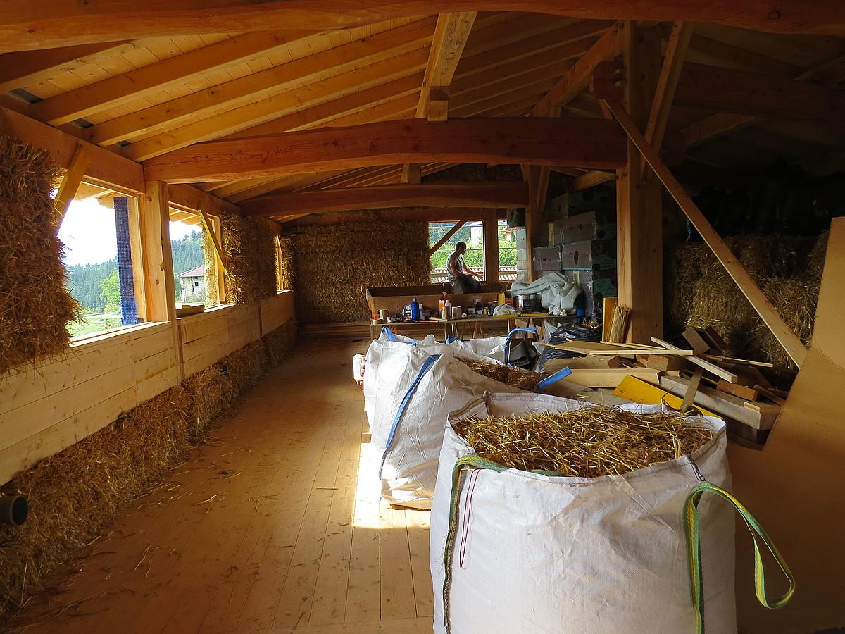 Unai Grijalbak Igorren (Bizkaia) eraiki duen etxea, barrutik. Egurrezko estruktura eta lastozko hormak ikusi daitezke irudian. ©BERRIA