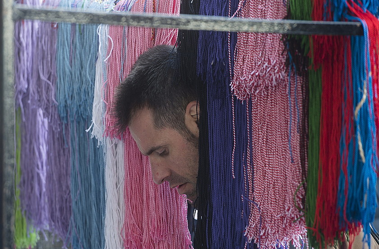 Kolore anitzetako kordelak eros zitezkeen atzo Abadiñoko San Blas azokan. ©LUIS JAUREGIALTZO / ARGAZKI PRESS