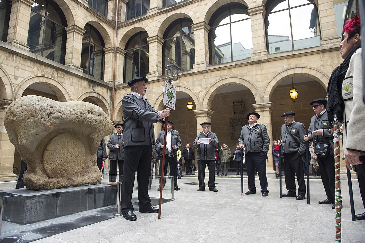 Garaizako Matsorriak abesbatzako kideak, atzo, Bilboko Euskal museoan. ©MONIKA DEL VALLE / ARGAZKI PRESS