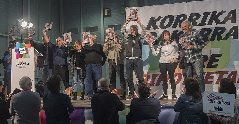 Korrikaren sortzaileak, atzo, Irungo Ficoba erakustazokan, AEK-k egin zien omenaldian. ©ANDONI CANELLADA / ARGAZKI PRESS