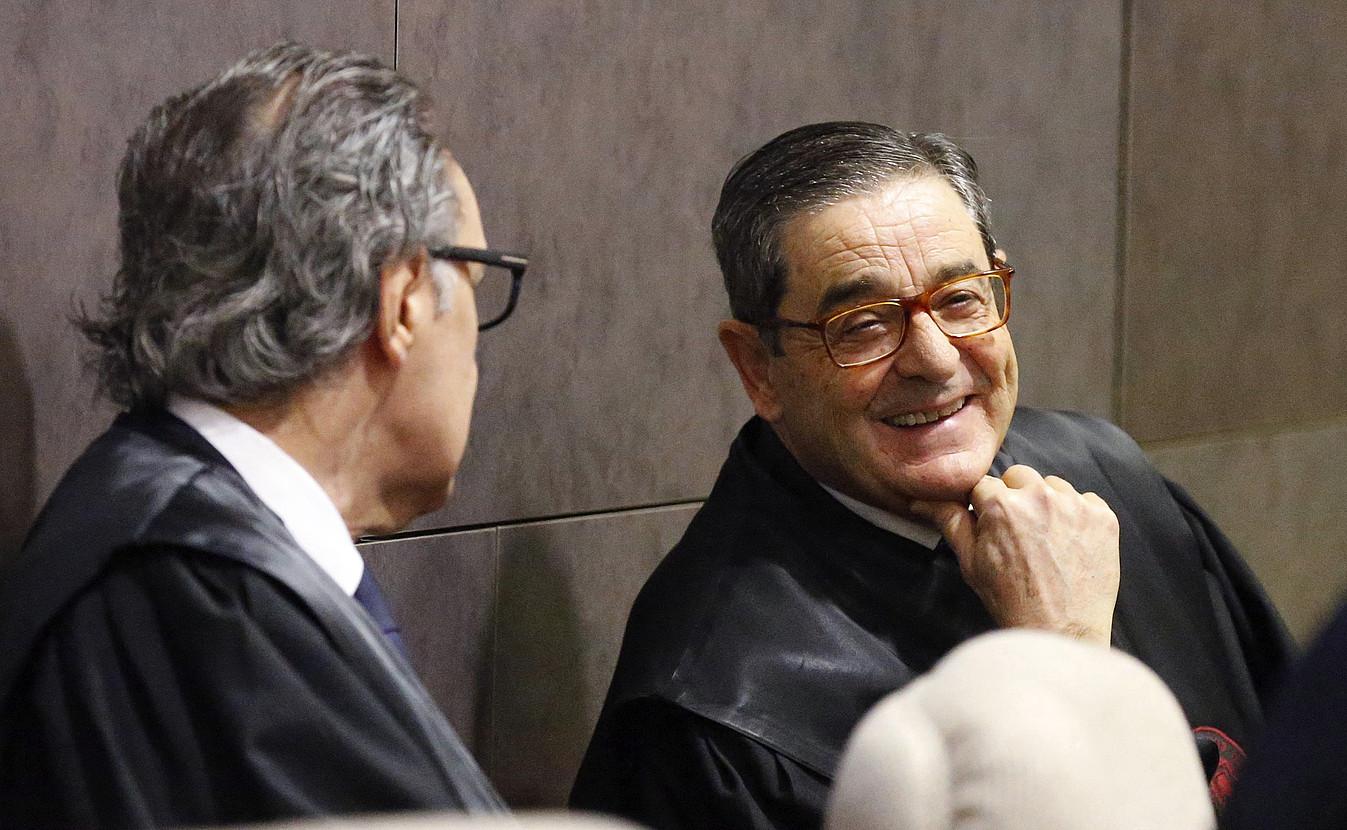 Rafael Alkorta abokatua, ezkerrean, eta Mario Fernandez bankuko presidente ohia, atzo, Bilboko epaitegian. ©L. TEJIDO / EFE