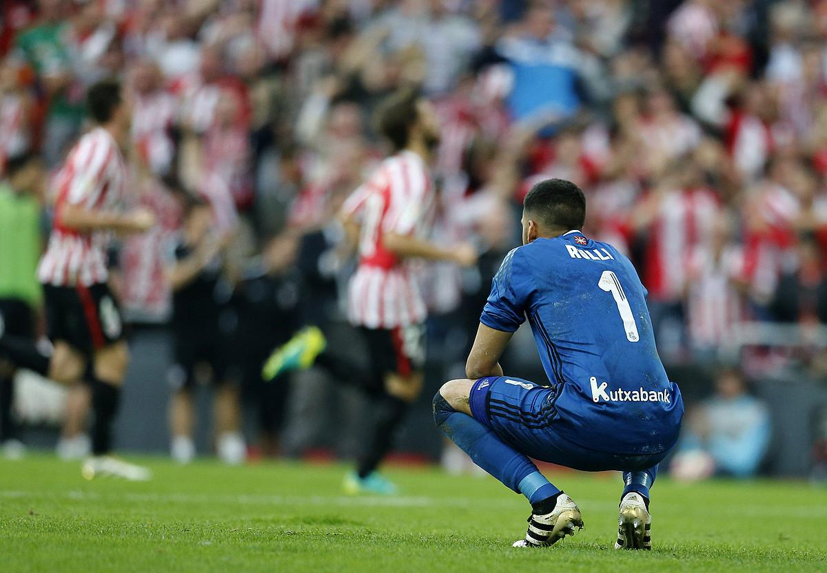 Geronimo Rulli, belauniko, burumakur, San Mamesen, Athleticen aurkako derbian gola jaso ondoren. ©LUIS TEJIDO / EFE