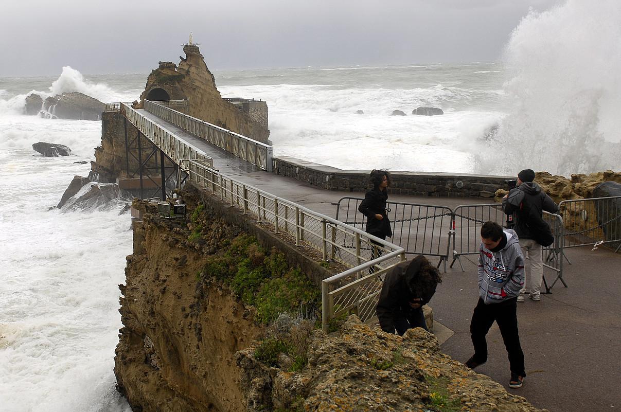 Biarrizko itsasbazterra, 2010. urte hondarrean, ekaitzak bortizki jotzen zuelarik. ©GAIZKA IROZ