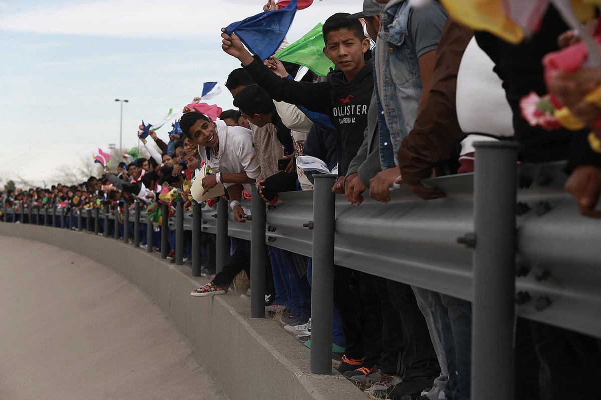 Mexikoko herritarrek eta diputatuek protesta egin zuten Trumpen hesiaren aurka, joan den ostiralean. ©A. BRINGAS / EFE