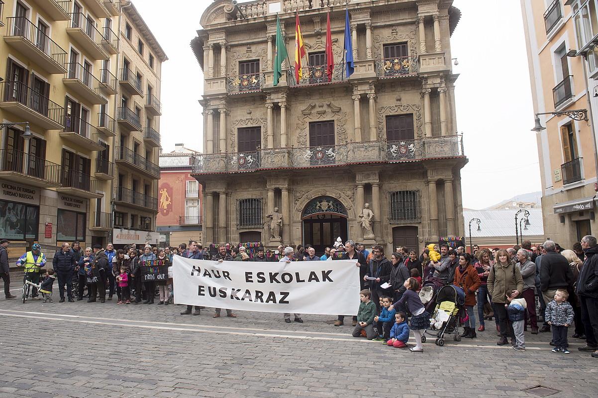 Iruñeko Euskalgintzak, Hizkuntz Eskubideen Behatokiak, LAB, ELA eta Steilas sindikatuek eta Sasoia elkarteak atzo Iruñean eginiko protesta.