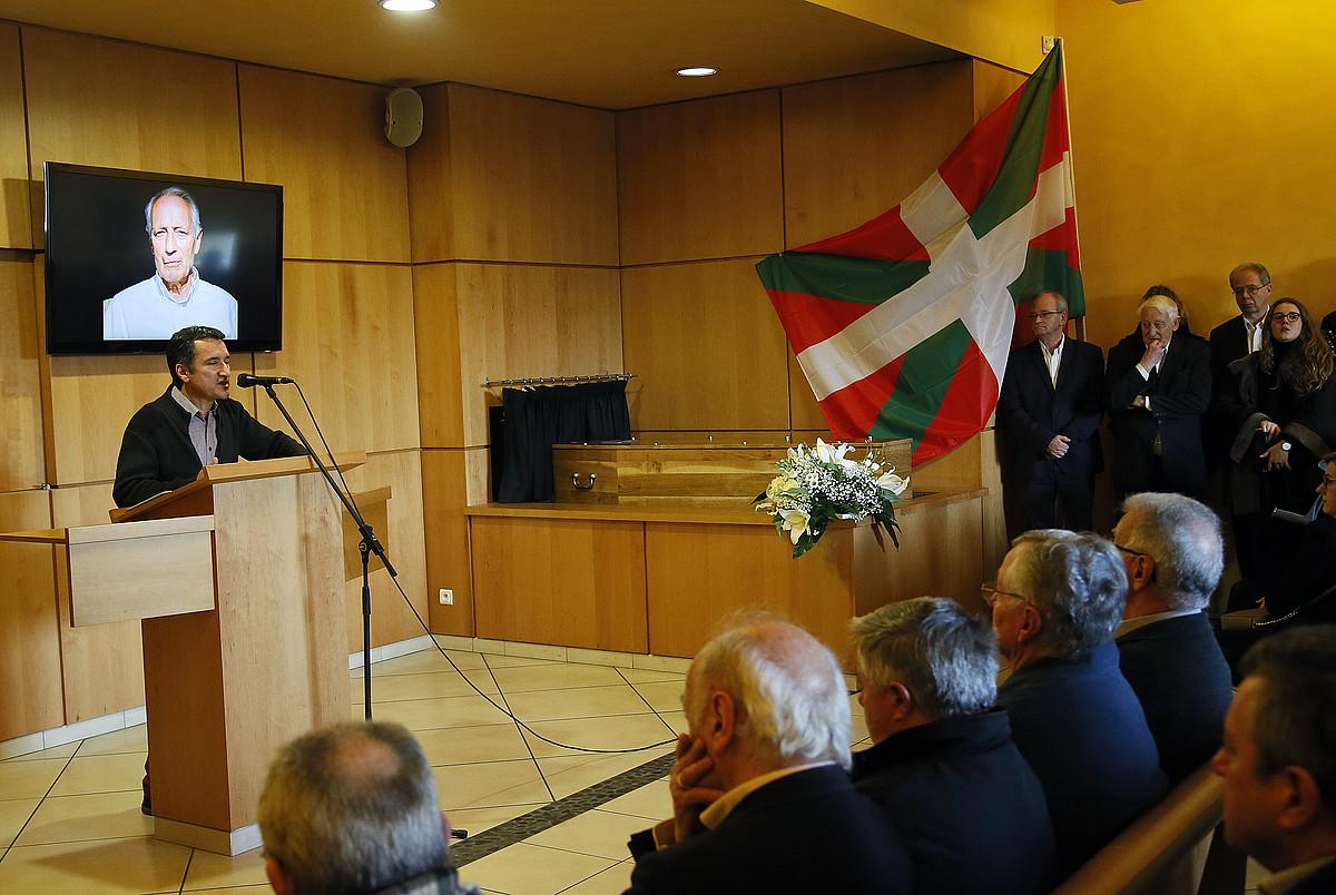 Gabi Mouesca mintzo, Jean Abeberriren argazkia gibelean duela, atzo, Miarritzeko krematorioan. ©BOB EDME
