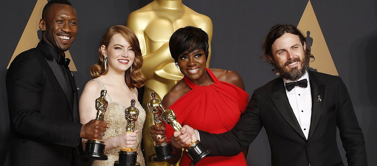 Mahershala Ali, Emma Stone, Viola Davis eta Casey Affleck aktoreak, nor bere sariarekin. ©PAUL BUCK / EFE