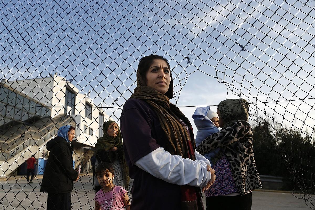 Emakume afganiar bat, Atenasko Hellinikiko errefuxiatuen zentroan. Protesta egin zuten duela bi aste, bizi baldintza duinagoak eskartzeko. ©YANNIS KOLESIDIS / EFE