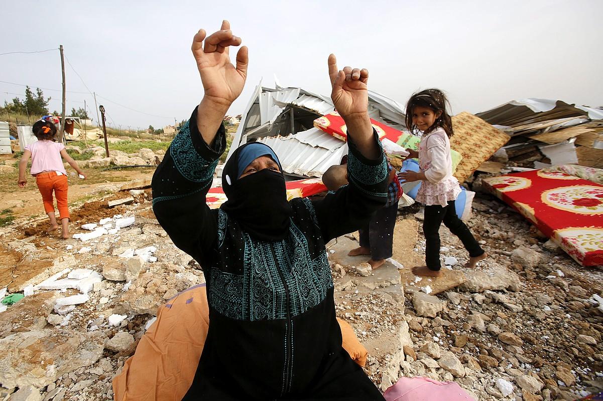 Hebrongo emakume palestinar bat, etxea bota berri diotela, oihuka.