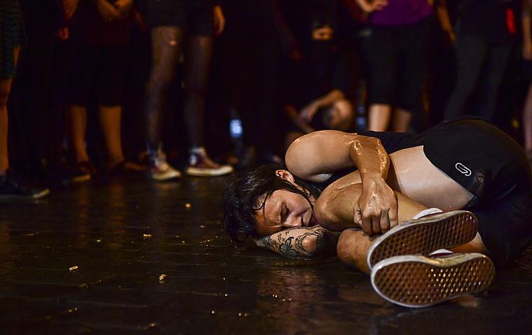 Farrukak kolektiboak iazko sanferminen aurretik egindako performancea, emakumeen aurkako indarkeria salatzeko manifestazioan.