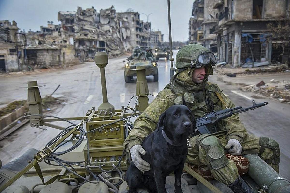 Errusiako soldaduak Alepon, minak kentzeko lanetan, iragan urtarrilean. ©EFE