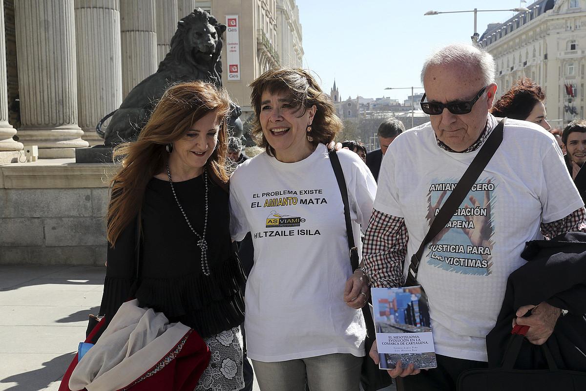 Asviamieko kideak eta Eusko Legebiltzarreko ordezkariak, atzo, Espainiako Kongresuaren atarian, Madrilen. ©CHEMA MOYA / EFE