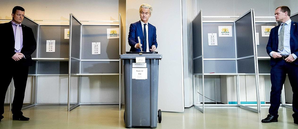 Geert Wilders, PVV alderdi eskuindar populistako hautagaia, bere bizkartzainez inguratuta botoa ematen. ©REMKO DE WAAL / EFE