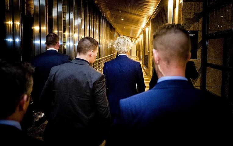 Geert Wilders PVV Askatasunaren Alderdiko liderra, hauteskundeen ostean egindako prentsa agerralditik ateratzen. ©REMKO DE WAAL / EFE