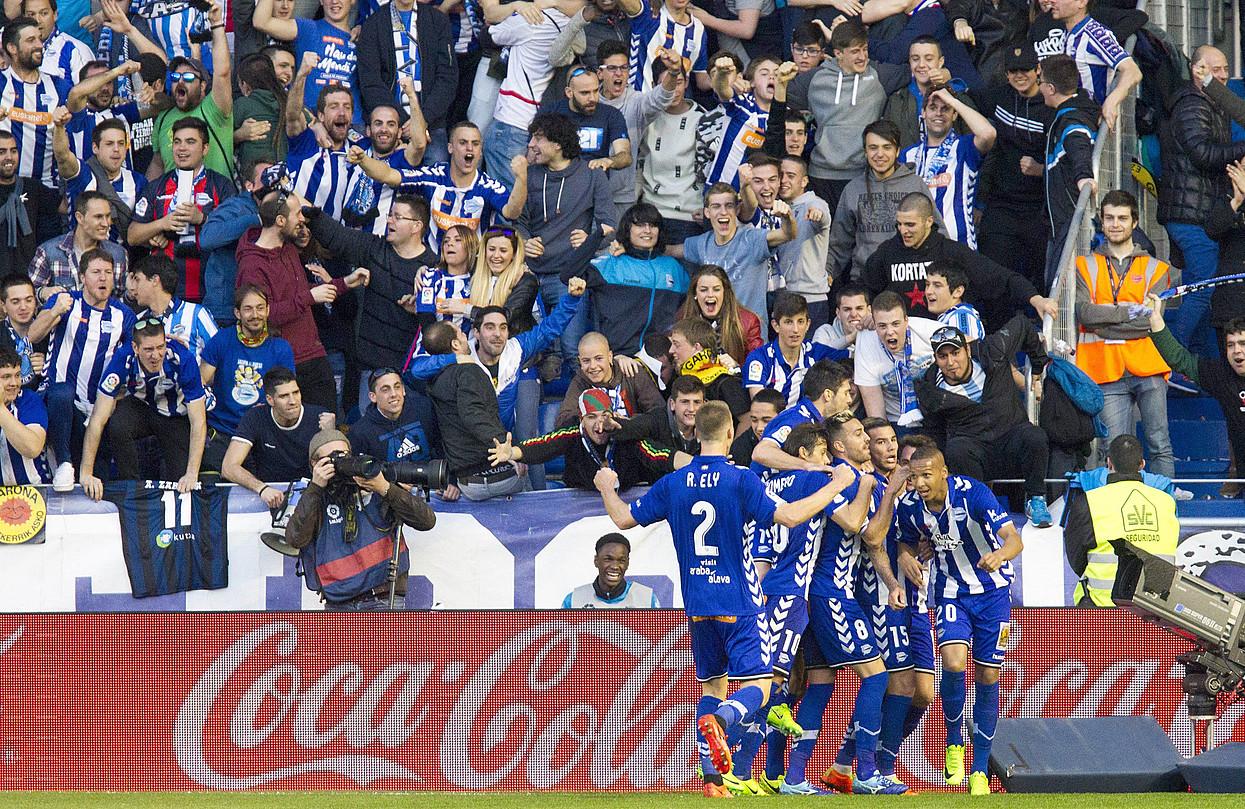Alaveseko jokalariak, Realaren aurka sartutako gola ospatzen. Deyversonek sartu zuen gola.