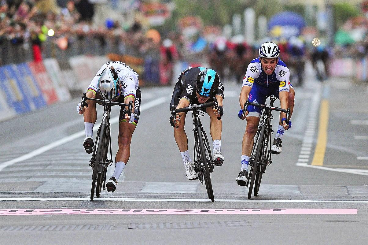 Michal Kwiatkowski, erdian, Sanremoko helmugan lehenbizi sartzen. Ezkerretara du Peter Sagan, eta eskuinean Julian Alaphilippe.
