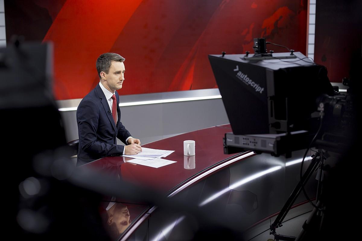 LTV1 kate jeneralistak eduki guztiak letonieraz ematen ditu. Irudian, informazio saio bateko aurkezlea.