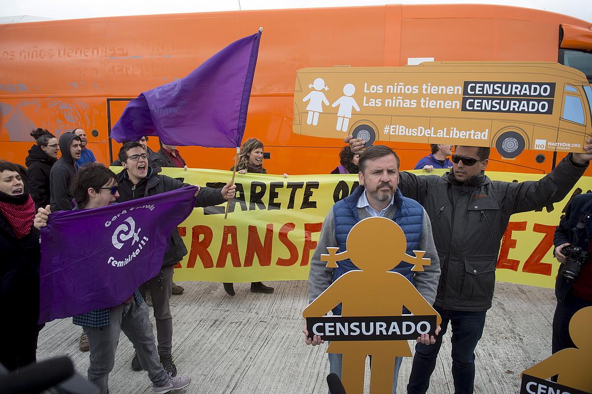 E28 plataformako, Bilgune Feministako eta LABeko kideak Zuastiko gasolindegian, Hazte Oirreko Ignacio Artsuagaren ondoan protestan. ©IÑIGO URIZ / ARGAZKI PRESS