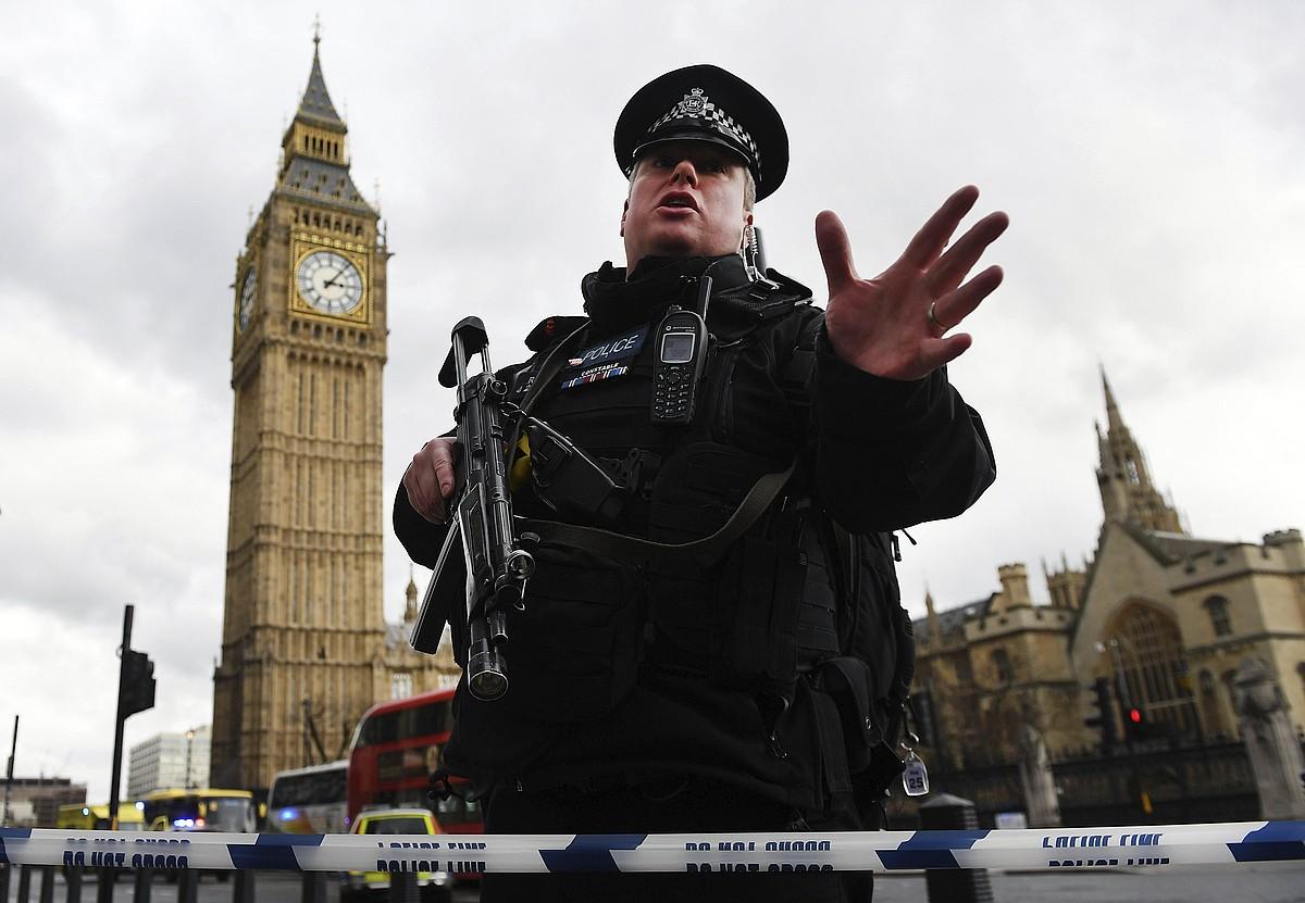 Poliziak hartu du parlamentua, eta gunerako sarrerak itxi ditu. ©ANDY RAIN / EFE