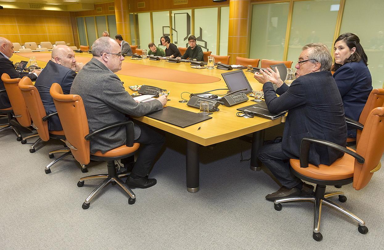 EAJko Joseba Egibar eta Javier Perez Royo irakaslea hizketan, Eusko Legebiltzarrean, atzo. ©JUANAN RUIZ / ARGAZKI PRESS