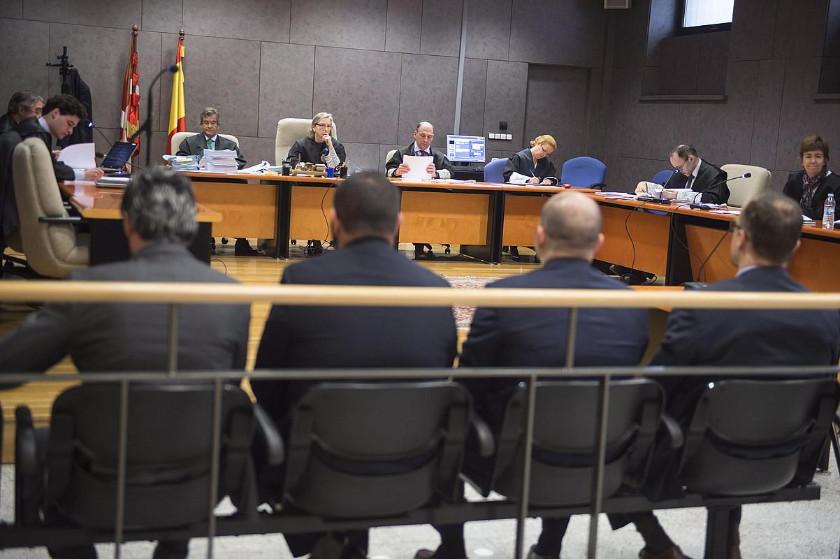 Barrenetxearen tortura salaketagatik epaitutako lau guardia zibilak, martxoan, Bizkaiko Lurralde Auzitegian. ©MONIKA DEL VALLE / ARGAZKI PRESS