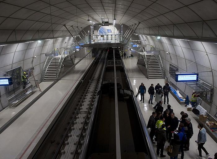 Metroaren gainontzeko geltokien itxura daukate berriek, baina txartel urdinekin. ©LUIS JAUREGIALTZO / ARGAZKI PRESS