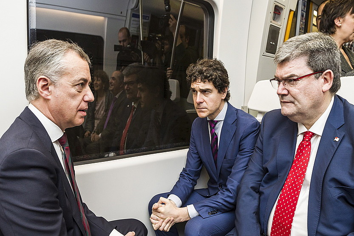 Iñigo Urkullu Eusko Jaurlaritzako lehendakaria, Unai Rementeria eta Juan Mari Aburtorekin metroan. ©ARITZ LOIOLA / ARP