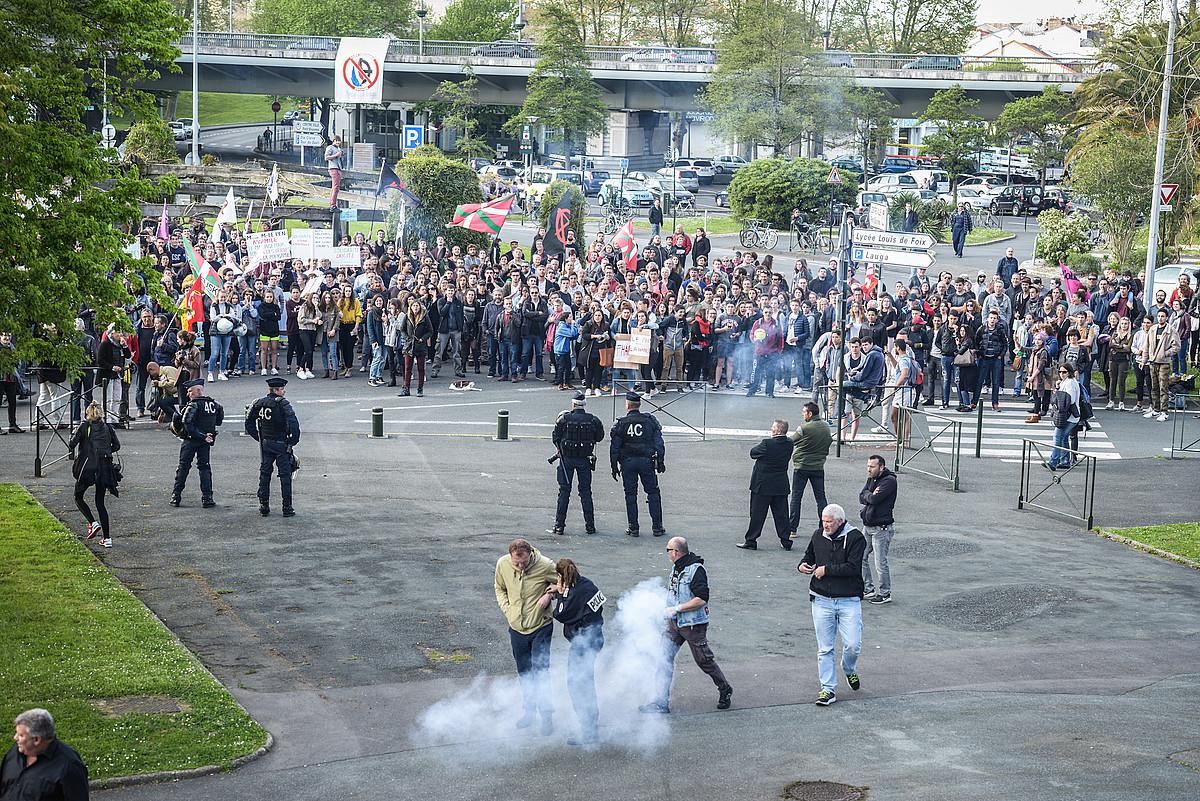 Arrautzak eta bengalak bota zituzten protestara joandako herritarrek. ©ISABELLE MIQUELESTORENA
