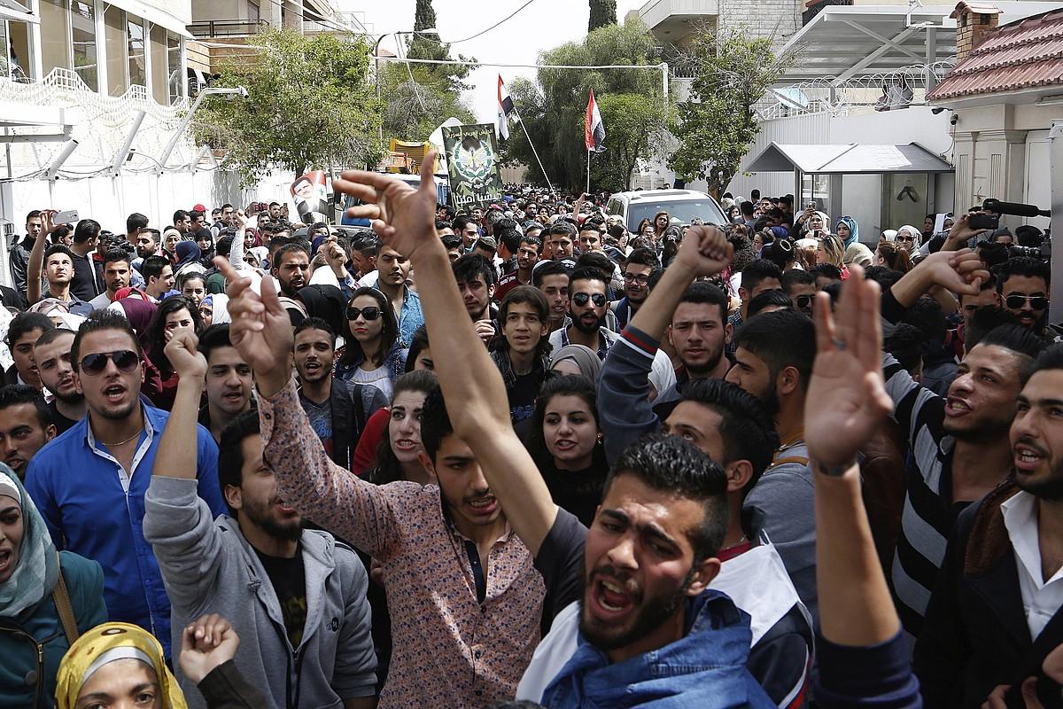 AEBen bonbardaketen aurka protestak egin zituzten atzo Damaskon. ©YOUSSEF BADAWI / EFE