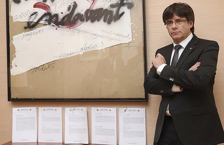 Carles Puigdemont presidentea, auzitegietatik jasotako ohartarazpen bildumaren alboan paratuta. ©JORDI BEDMAR / EFE