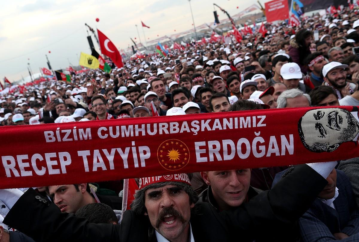 Recep Tayyip Erdoganen jarraitzaileak, joan den larunbatean, baiezkoaren aldeko mitin batean, Istanbulen. ©SEDAT SUNA / EFE