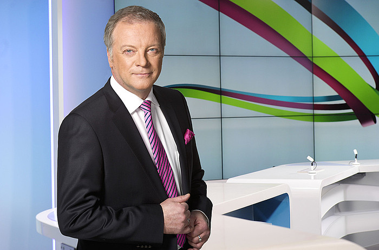 Matti Ronka kazetariak aurkezten du Yle TV1 kateko albistegi nagusia. / YLE