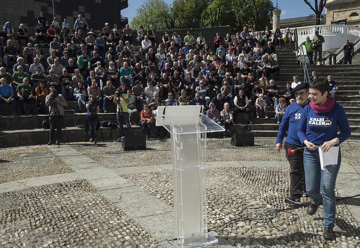 Josu Barandika eta Oihana Garmendia, atzo, Gernikan egindako ekitaldian. ©JON URBE / ARGAZKI PRESS