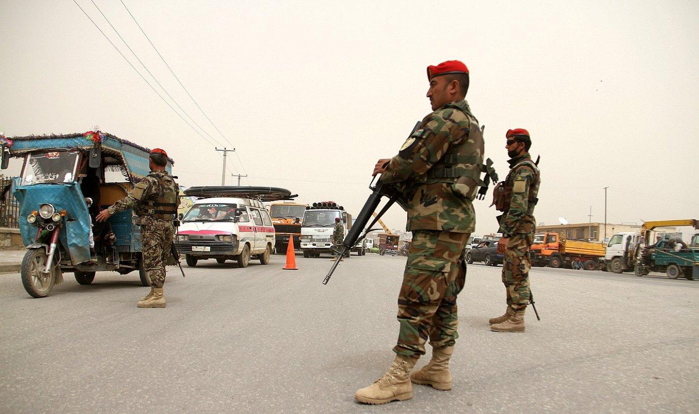 Afganistango soldaduak, kontrol batean, atzo. Segurtasuna indartu dute Balkh probintzian erasoaren ondoren. ©GHULAM MUSTAFA / EFE