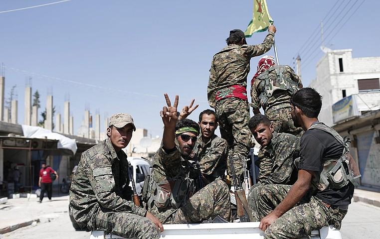 Siriako kurduen YPG Herriaren Babeserako Unitateak miliziak Tel Abiad hirian, artxiboko irudi batean. Derik hiritik gertu eraso die Turkiak YPGei. ©SEDAT SUNA / EFE