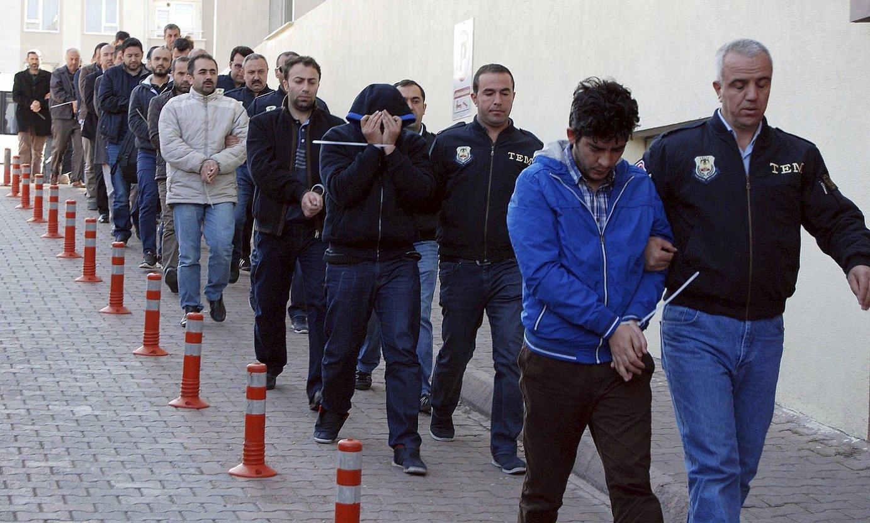 Fethullah Gulen predikatzaile islamistaren mugimenduko kide izatea egotzita atxilotutakoak, atzo, Kayseri hirian (Anatolia erdian). ©OLCAY DUZGUN / EFE