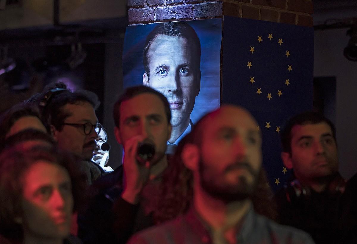 Martxan mugimenduko jarraitzaileak, herenegun, Emmanuel Macronen eta Marine Le Penen arteko eztabaida jarraitzen, Parisen. ©IAN LANGSDON / EFE