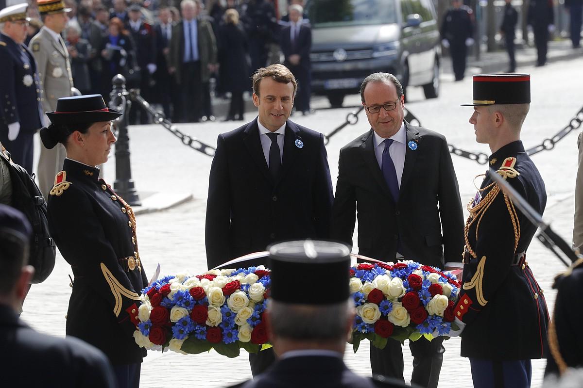Emmanuel Macron Frantziako presidente hautatua, François Hollande presidentearekin, atzo, Garaipenaren Arkuan, Parisen. ©PHILIPPE WOJAZER / EFE