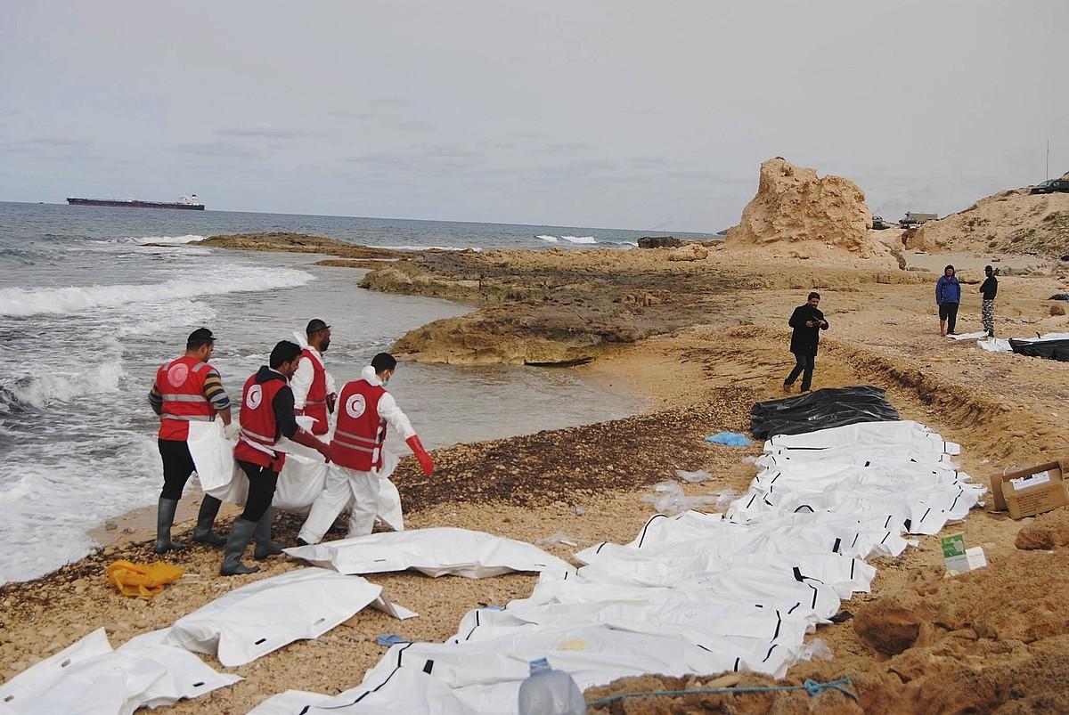 Libiako Ilargi Gorriak zabaldutako irudia, Mediterraneoan hildako gorpuak jasotzen, otsailean. ©EFE