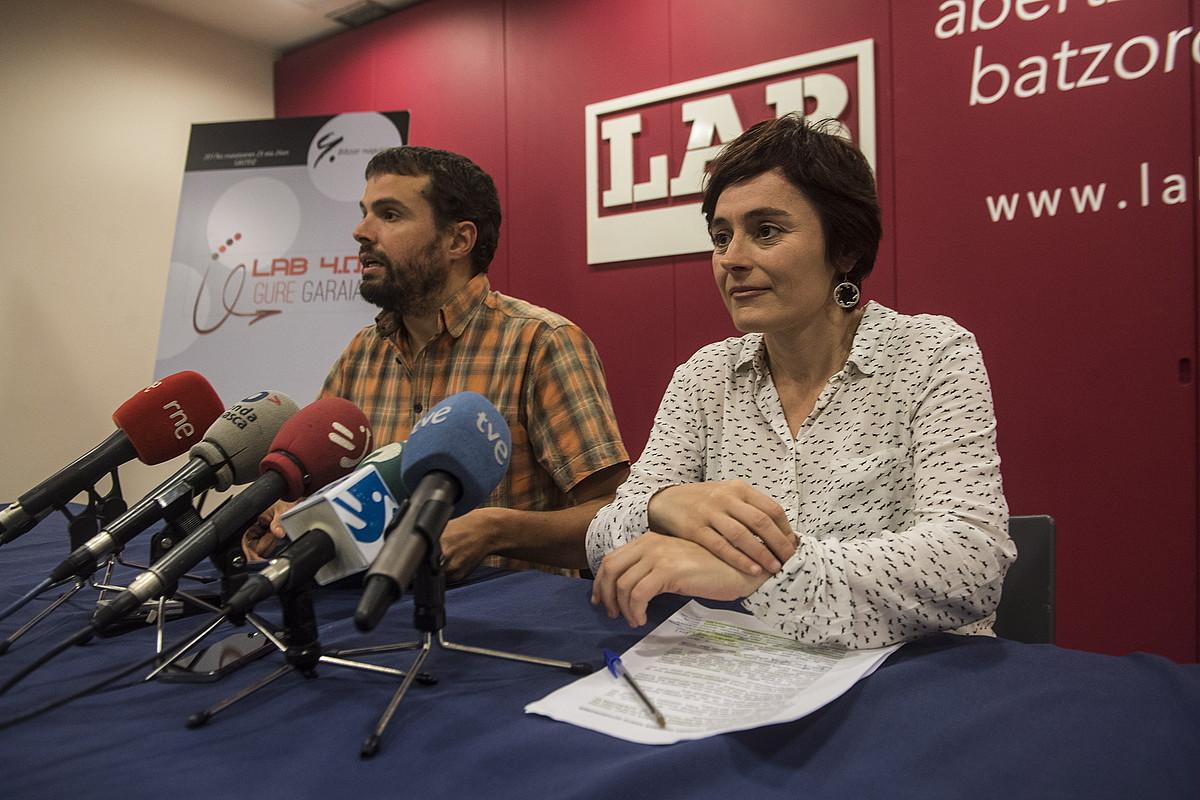 Igor Arroyo eta Garbiñe Aranburu, atzo, LABen Donostiako egoitzan. ©JON URBE / ARGAZKI PRESS