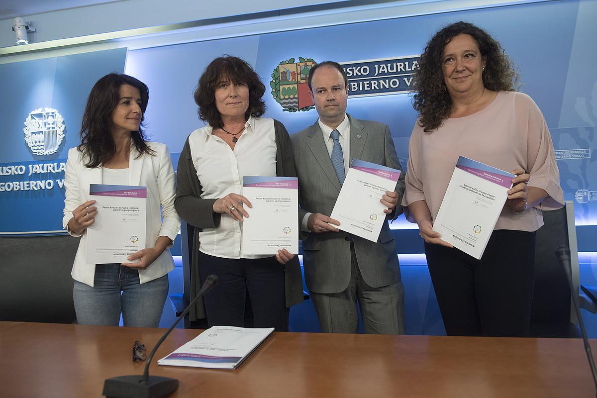 Ezenarro, Gaztelumendi, Landa eta Hernando, atzo, Donostian egindako agerraldian. ©JON URBE / ARGAZKI PRESS